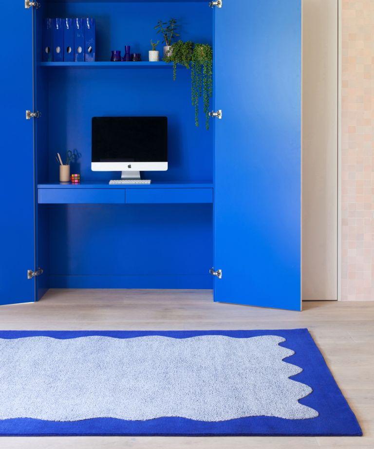 Escritorio escondido en armarios azules