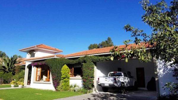 Fachada frontal vista parqueadero casa primavera cumbayá