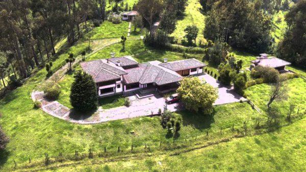 Casa de hacienda vista aérea frontal hacienda pasochoa sangolquí