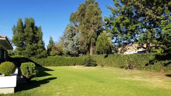 Jardín posterior casa primavera cumbayá