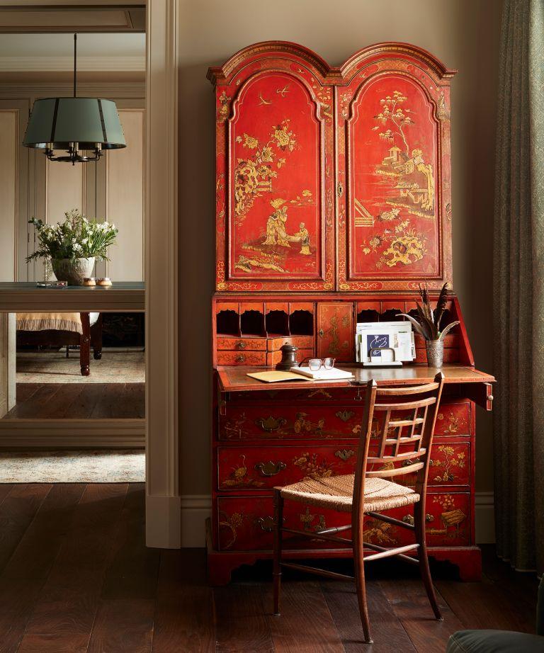 Mobiliario antiguo convertido en escritorio escondido
