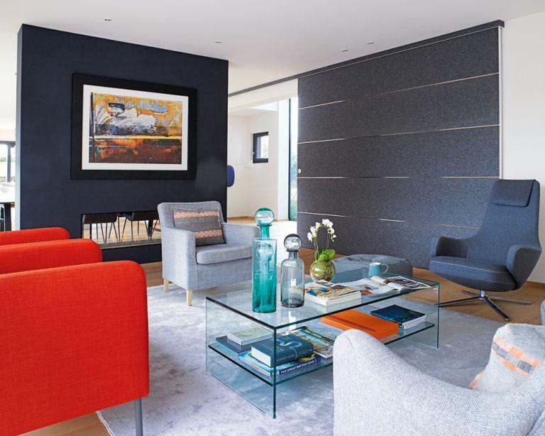 Mobiliario con diferentes escalas en sala