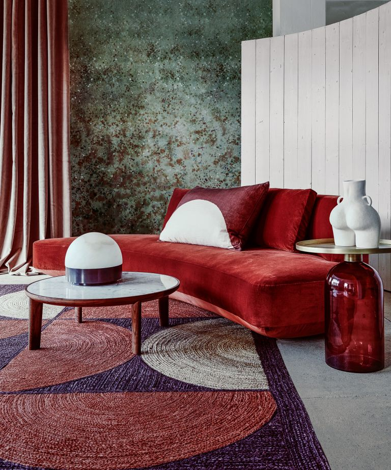 Mueble rojo con líneas curvas