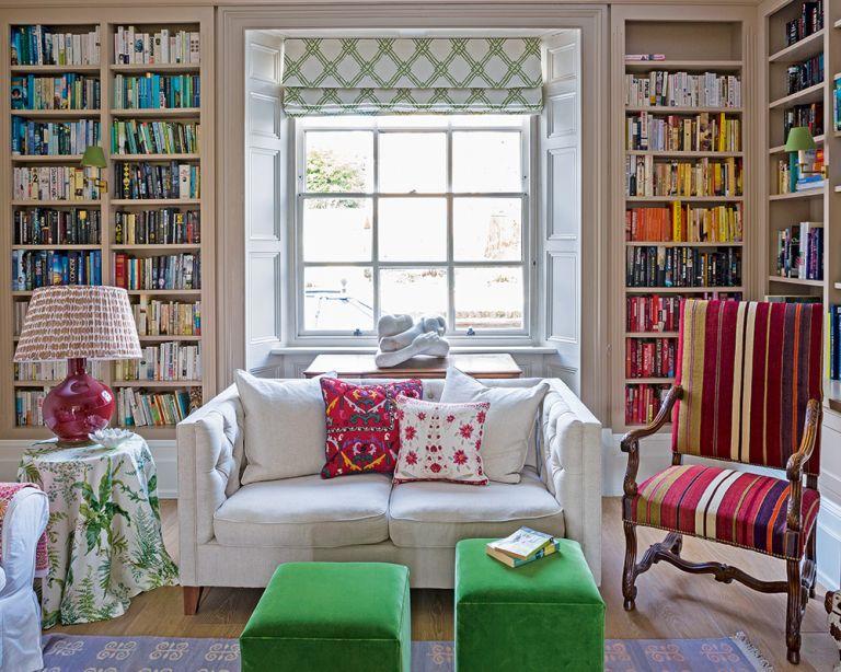 Paredes llenas de libros ordenados por color