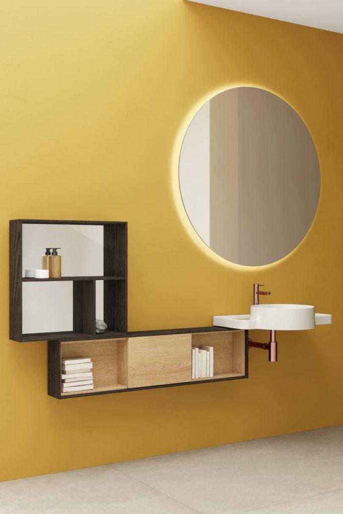 Baño con pared amarilla grifería en cobre, diseñar un baño
