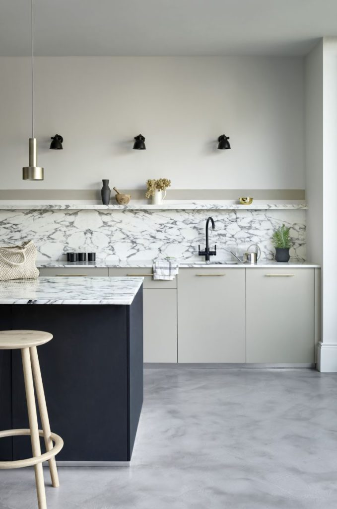 Cocina blanca con mármol