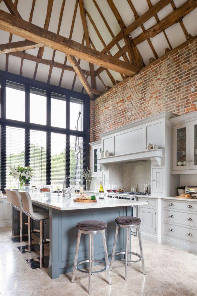 Cocina blanca con mobiliario en gris