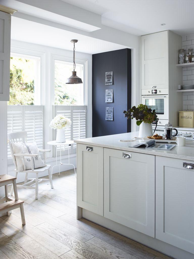 Cocina blanca con toque de negro