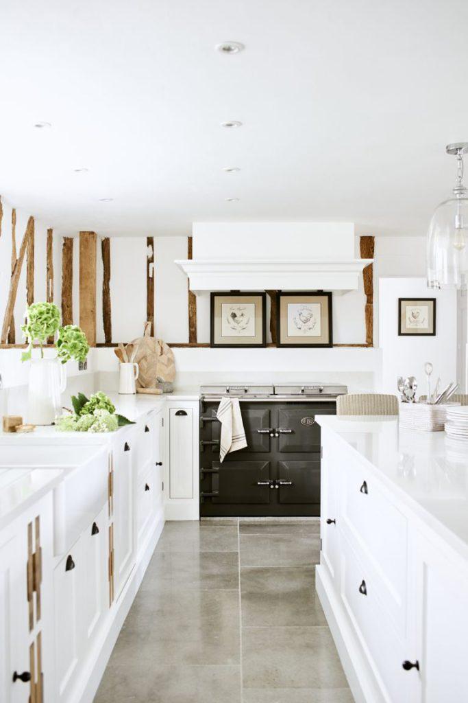 Cocina con madera y pisos iridiscentes